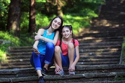 女孩,台阶,两个人,周末活动,姐妹,公园,拿着,儿童,童年,树干