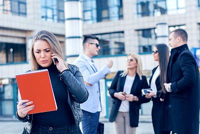 女商人,手机,专业人员,拿着,户外,仅女人,写字板,看,幸福,智能手机