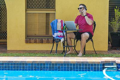笔记本电脑,男人,游泳池,休闲装,户外,手机,周末活动,中老年男人,仅一个中老年男人,新南威尔士