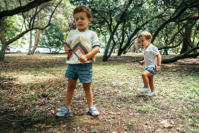 兄弟,户外,进行中,可爱的,希洪,肖像,2岁到3岁,公园,仅儿童,棍