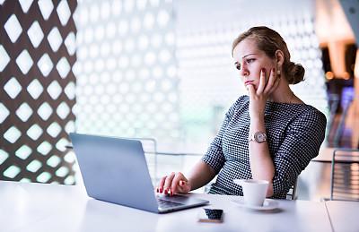 女商人,忙碌,电子邮件,专业人员,华贵,技术,百万富翁,现代,仅女人,仅一个女人