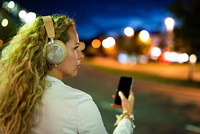 耳机,青年女人,音乐,街道,从容态度,现代,舞蹈,户外,仅女人,仅一个女人