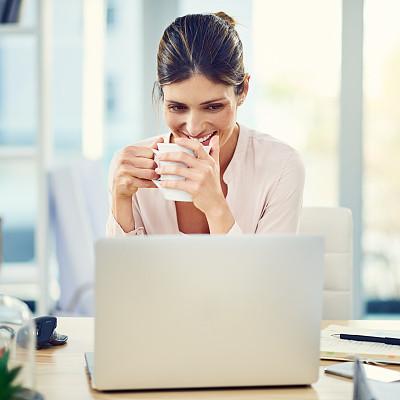 女人,加燃料,周末活动,咖啡杯,杯,技术,仅一个女人,办公室,使用电脑,看