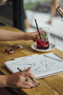 艺术家,咖啡馆,水彩画颜料,肖像,涂料,商业金融和工业,艺术品,草图,仅女人