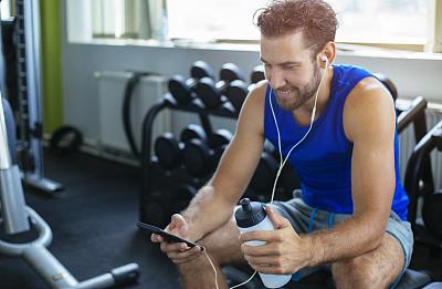 健身房,音乐,男人,健身俱乐部,发短信,水瓶,运动,长椅,仅男人,肖像