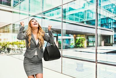 女商人,活力,专业人员,25岁到29岁,现代,商业金融和工业,拉美人和西班牙裔人,裙子,户外,建筑