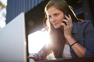 女人,户外,笔记本电脑,手机,商务,城市生活,计算机,30岁到34岁,一个人,技术