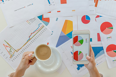 女人,餐馆,图表,咖啡杯,杯,肖像,技术,计算机软件,金融顾问,商业金融和工业