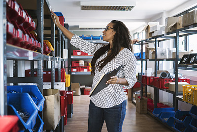 检查表,仓库,女人,小的,25岁到29岁,餐具,商业金融和工业,贮藏室,拉美人和西班牙裔人,仅女人