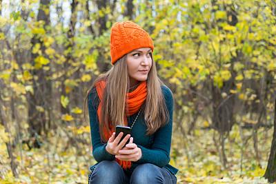 电话机,女孩,平和,一个人,公园,女人,青年女人,仅一个青年女人,便携式信息设备,户外活动