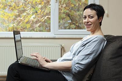 使用手提电脑,女人,土耳其,舒服,技术,住宅内部,仅女人,仅一个女人,使用电脑
