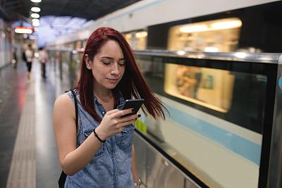女人,地铁,地下的,网上冲浪,一个人,迅速,交通方式,中国,地铁站,通勤者