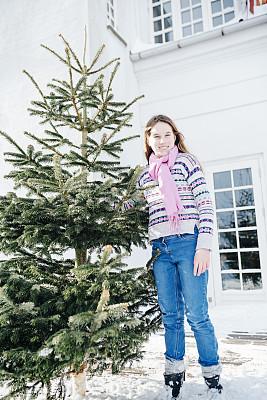 圣诞树,少女,注视镜头,毛衣,传统,寒冷,斯堪的纳维亚半岛,一个人,雪,拿着