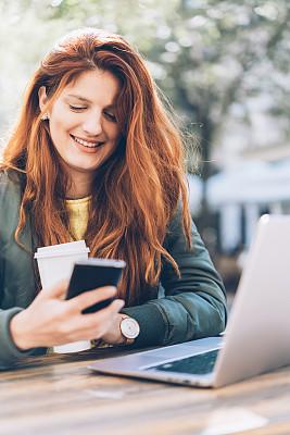 忙碌,咖啡杯,技术,4g,拿着,消息,户外,仅女人,仅一个女人,办公室