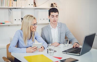 办公室,女人,男人,专业人员,技术,商业金融和工业,领导能力,脑风暴,使用电脑,使用手提电脑