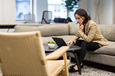 一个人,女商人,中年女人,商务,专业人员,中老年男人,计算机,策略,技术,女人