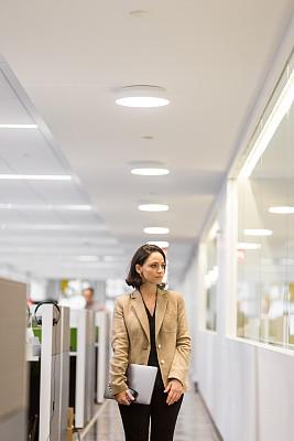 商务,女人,走廊,经理,中年女人,专业人员,中老年男人,计算机,策略,一个人