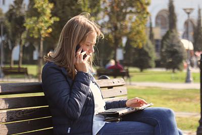 公园,青年女人,手机,长椅,技术,25岁到29岁,公园长椅,贝尔格雷德,2018,户外