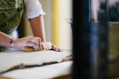 雕塑家,部分,陶工旋盘,自制的,仅女人,仅一个女人,车间,业余爱好,工艺刀