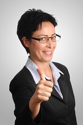 女商人,套装,翘起大拇指,灰发,分离着色,黑色,专业人员,背景分离,从容态度,美术肖像