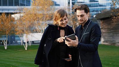 看,智能手机,青年伴侣,注视镜头,英格兰,伦敦,并排,肖像,技术,户外