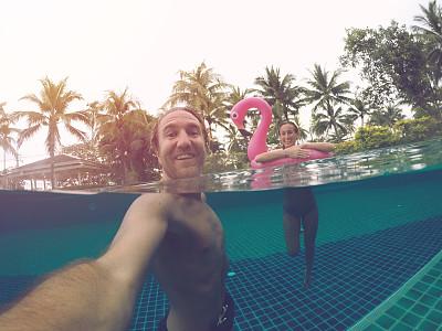 夏天,青年男人,自拍,酒店游泳池,概念,动作,相机,橡胶游泳圈,热带气候,浪漫