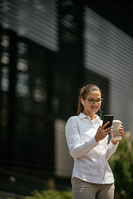 消息,女商人,青年人,户外,周末活动,咖啡杯,杯,技术,卡布奇诺咖啡,浓咖啡