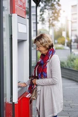 自动取款机,老年女人,伦敦城,技术,商业金融和工业,顾客,商业活动,户外,仅女人,仅一个女人