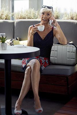 旅游目的地,老年女人,咖啡杯,技术,卡布奇诺咖啡,浓咖啡,仅一个老年女人,户外,仅女人,仅一个女人
