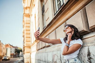 青年女人,自拍,彩色背景,肖像,从容态度,现代,拿着,仅女人,仅一个女人,太阳镜