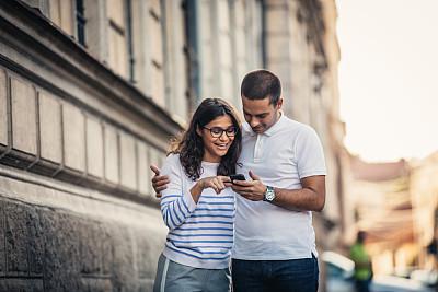 异性恋,幸福,街道,城市生活,浪漫,女人,青年女人,便携式信息设备,休闲活动,户外
