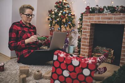舒服,笔记本电脑,起居室,网上冲浪,青年女人,室内地面,家庭生活,树,覆盖