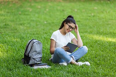 青年女人,使用平板电脑,技术,公园,草,户外,仅女人,仅一个女人,眼镜,使用电脑