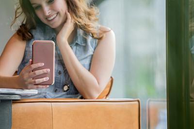 智能手机,青年女人,文字,专业人员,技术,远程工作,现代,创作行业,仅女人,仅一个女人
