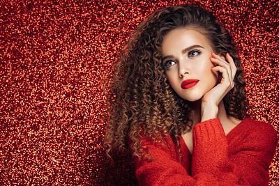 可爱的,毛衣,背景分离,热情,彩色背景,肖像,一个人,红色背景,从容态度