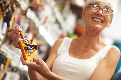 购物中心,老年女人,活力,津贴,商业金融和工业,顾客,仅一个老年女人,体育器械,仅女人,仅一个女人