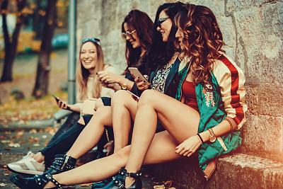 人群,幸福,伦敦城,女孩,公园,长椅,休闲活动,水平画幅,电话机,美人