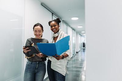 女人,办公室,商务,经理,专业人员,青年女人,商业金融和工业,走廊,全身像,人