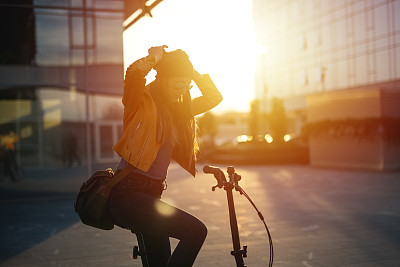女人,骑自行车,青年人,潮人,在活动中,商务,城市生活,一个人,交通方式,现代