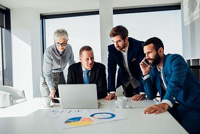 使用手提电脑,专业人员,技术,工作年长者,商业金融和工业,商务策略,创作行业,办公室,脑风暴,幸福