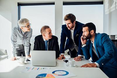 使用手提电脑,男商人,专业人员,技术,工作年长者,商业金融和工业,商务策略,创作行业,办公室,脑风暴