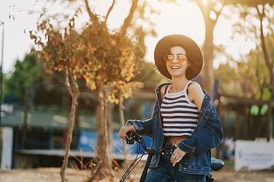 青年女人,骑自行车,快乐,派克大街,商务,城市生活,篮子,无法辨认的人,一个人,背面视角