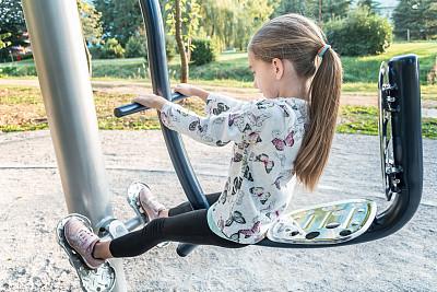 公园,户外,女孩,健身设备,真实的人,身体活动,城市生活,部分,仅一个女孩,一个人