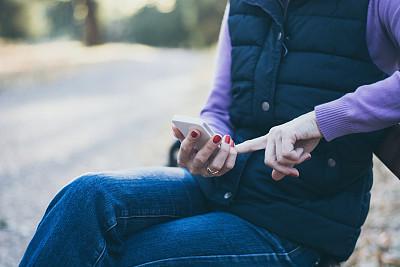 智能手机,长椅,一个人,技术,女性特质,公园,公园长椅,女人,仅一个青年女人,拿着