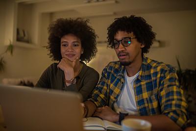 使用手提电脑,青年人,专业人员,暗色,技术,商业金融和工业,创作行业,幸福,夜晚,新创企业