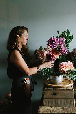 花卉商,纽约,自制的,拿着,乡村风格,仅一个女人,车间,牡丹,业主,商务人士