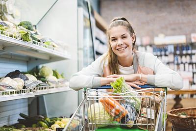 社区,智慧,活力,购物清单,拿着,营养成分标签,水果,仅女人,购物车,有机食品