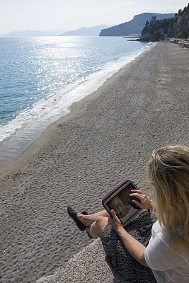 平板电脑,海洋,高视角,海岬,女人,技术,逃避现实,裙子,仅一个女人,使用电脑