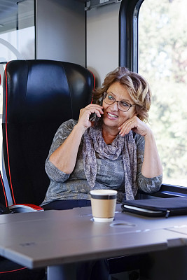 高峰时间,火车,老年女人,旅途,市郊火车,技术,工作年长者,商业金融和工业,通勤者,仅女人