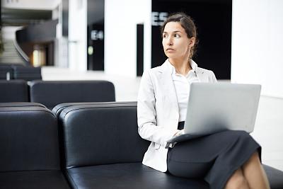沙发,女人,使用手提电脑,混血儿,大厅,不看镜头,自然美,运动茄克,坐,沉思